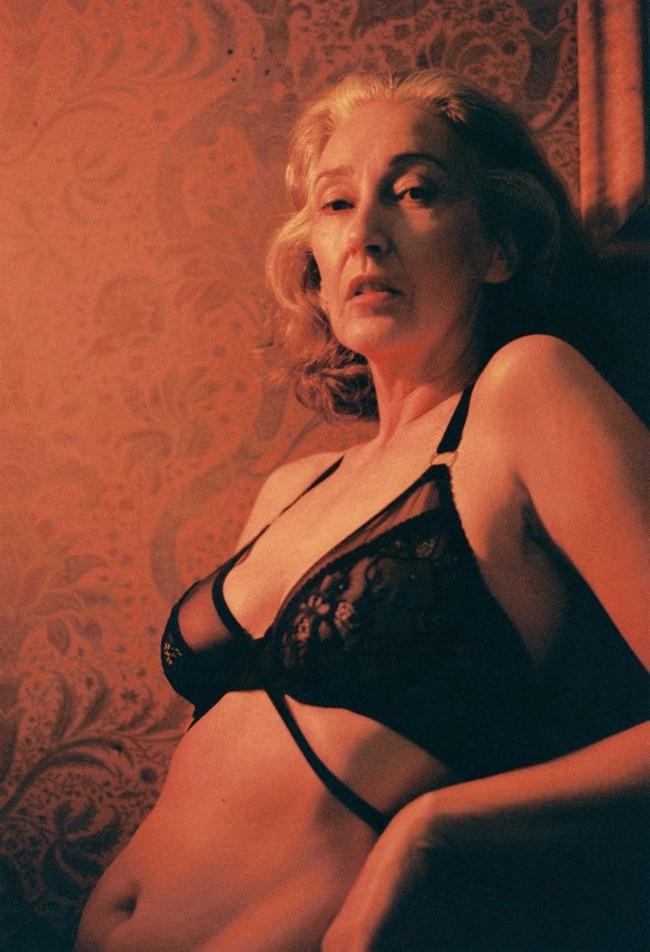 Xem chùm ảnh quảng cáo nội y của người mẫu U60 này, hẳn nàng nào cũng ước mình về già cũng được sexy như vậy - Ảnh 1.
