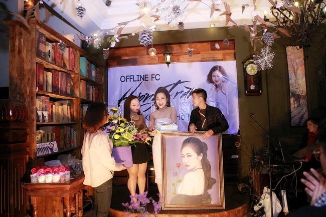 Hương Tràm liên tục được fan Hà Nội ôm hôn trong buổi offline - Ảnh 6.