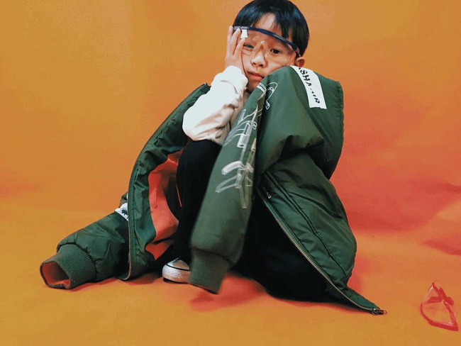 Cậu nhóc 4 tuổi chuyên lấy quần áo của bố diện thành đồ phong cách retro siêu độc đáo - Ảnh 21.