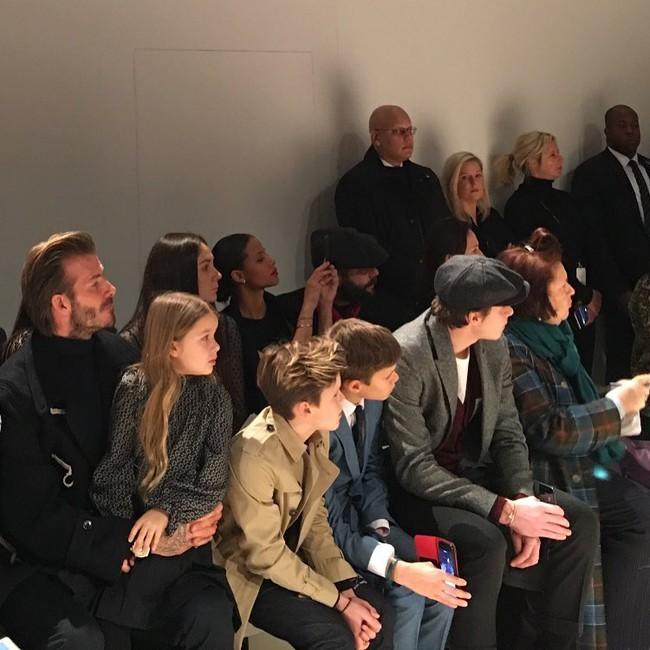 Beckham cùng các con nổi bật trên hàng ghế đầu show của Vic, xứng danh gia đình sành điệu nhất Hollywood - Ảnh 6.