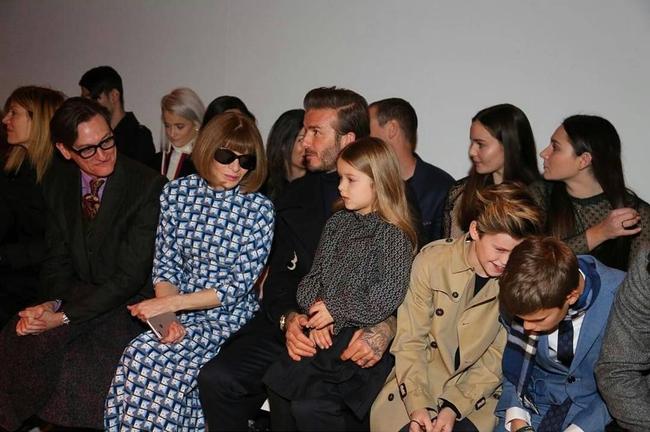 Beckham cùng các con nổi bật trên hàng ghế đầu show của Vic, xứng danh gia đình sành điệu nhất Hollywood - Ảnh 4.