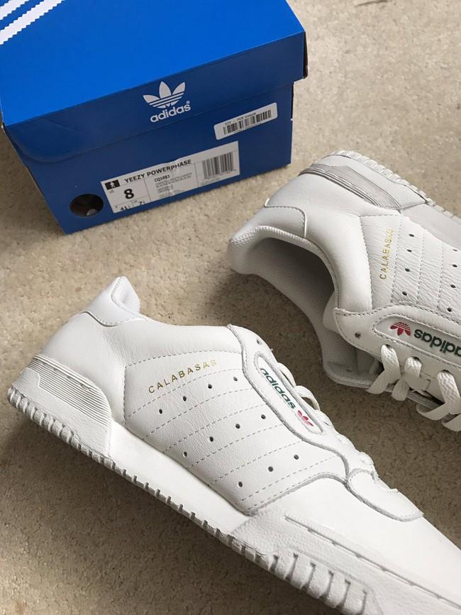 Bạn mê Yeezy 350 nhưng ngại giá chát? Thế thì phải hóng ngay mẫu sneaker giá mềm này của Kanye West - Ảnh 1.