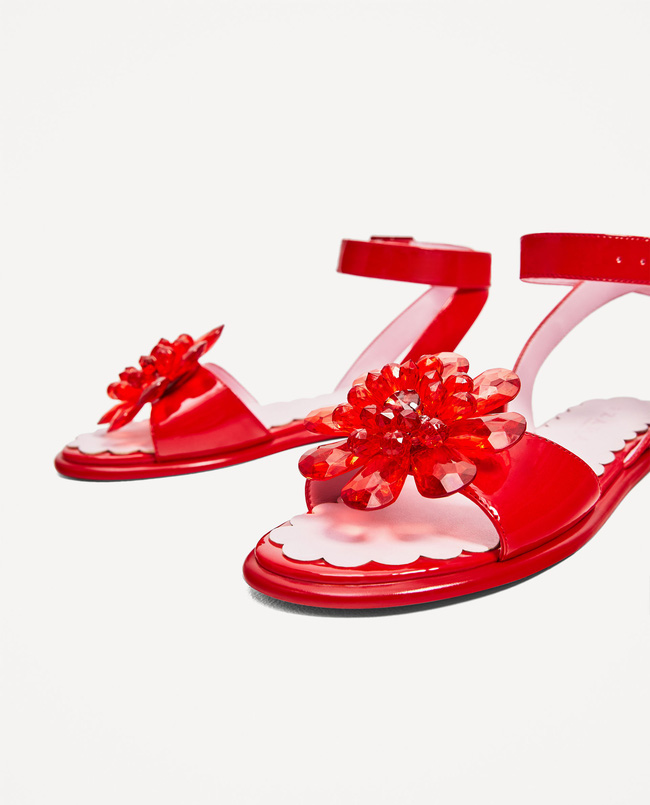 Sau dép lau nhà, Zara lại ra đôi dép nhựa hoa đỏ order về thể nào cũng khóc thét - Ảnh 4.
