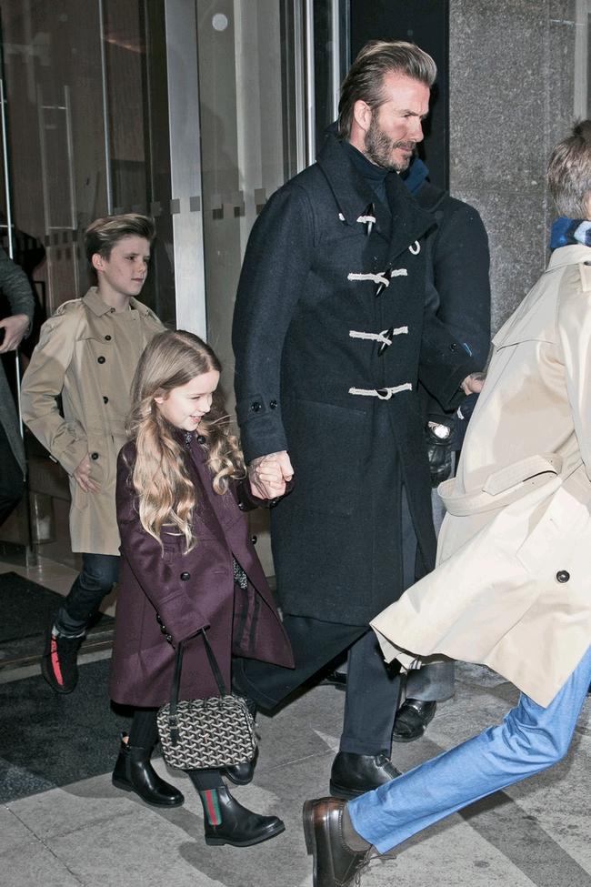 Beckham cùng các con nổi bật trên hàng ghế đầu show của Vic, xứng danh gia đình sành điệu nhất Hollywood - Ảnh 10.