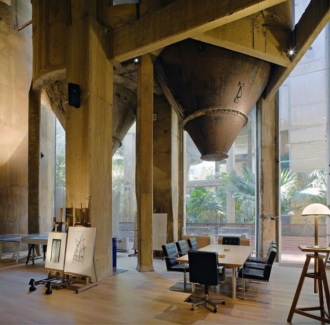 Kiến trúc sư biến nhà máy xi măng cũ thành nhà riêng, bạn sẽ nghẹt thở khi nhìn thấy nội thất bên trong - Ảnh 9.