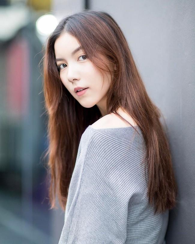 Cứ chê tóc ngôi giữa quê nhưng hot girl Thái, Trung cô nào cô nấy để tóc này đều xinh hết nấc - Ảnh 3.
