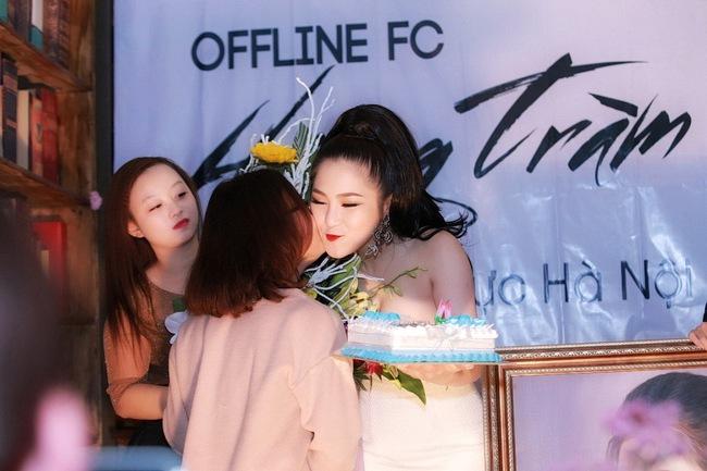 Hương Tràm liên tục được fan Hà Nội ôm hôn trong buổi offline - Ảnh 5.