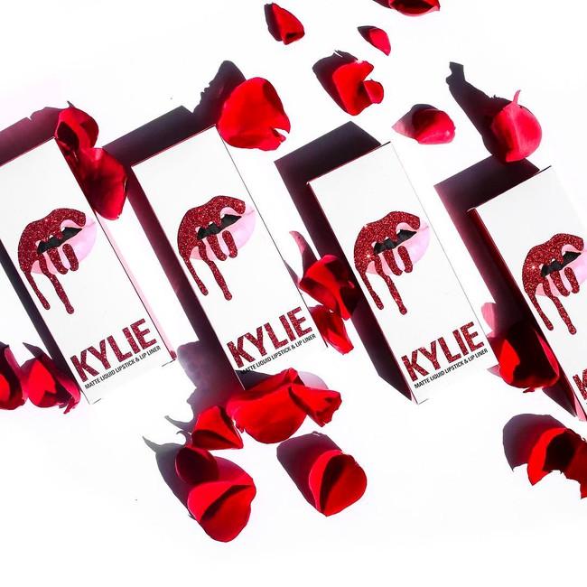 Có tín đồ làm đẹp nào lại không chảy nước miếng trước BST Valentine quá hoành tráng của Kylie Cosmetics cho được! - Ảnh 1.