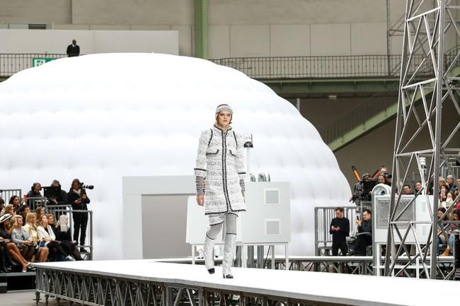 Chanel cho hẳn tàu vũ trụ bay lên trên nóc sàn catwalk tại Paris Fashion Week - Ảnh 2.