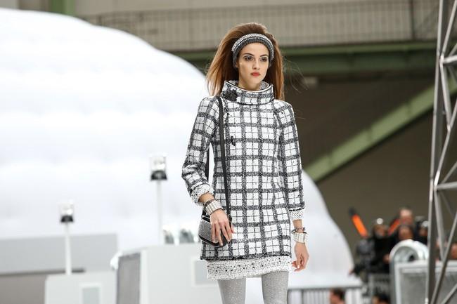 Chanel cho hẳn tàu vũ trụ bay lên trên nóc sàn catwalk tại Paris Fashion Week - Ảnh 3.