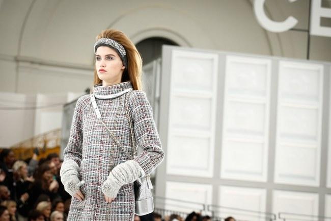 Chanel cho hẳn tàu vũ trụ bay lên trên nóc sàn catwalk tại Paris Fashion Week - Ảnh 4.