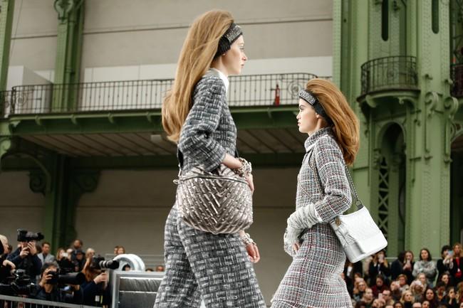Chanel cho hẳn tàu vũ trụ bay lên trên nóc sàn catwalk tại Paris Fashion Week - Ảnh 5.