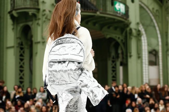 Chanel cho hẳn tàu vũ trụ bay lên trên nóc sàn catwalk tại Paris Fashion Week - Ảnh 6.