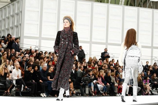 Chanel cho hẳn tàu vũ trụ bay lên trên nóc sàn catwalk tại Paris Fashion Week - Ảnh 7.