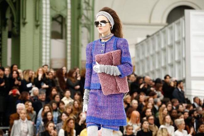 Chanel cho hẳn tàu vũ trụ bay lên trên nóc sàn catwalk tại Paris Fashion Week - Ảnh 8.
