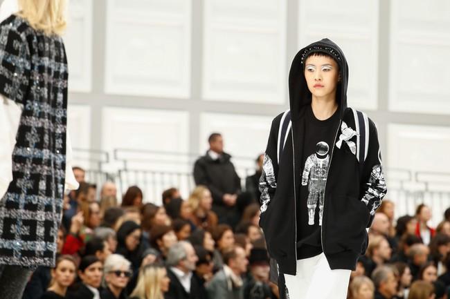 Chanel cho hẳn tàu vũ trụ bay lên trên nóc sàn catwalk tại Paris Fashion Week - Ảnh 9.