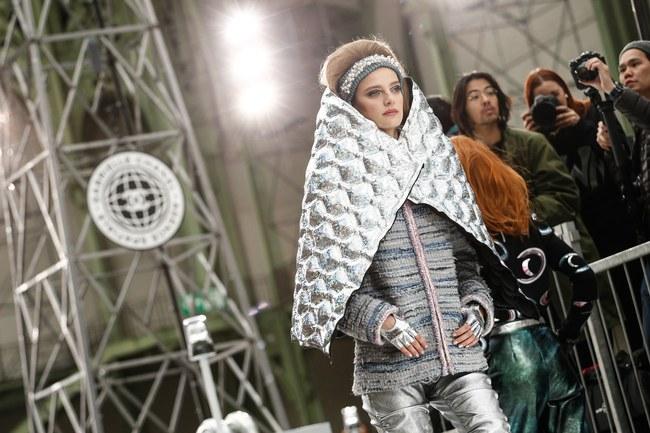Chanel cho hẳn tàu vũ trụ bay lên trên nóc sàn catwalk tại Paris Fashion Week - Ảnh 10.