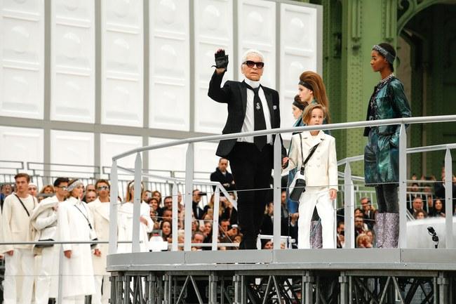 Chanel cho hẳn tàu vũ trụ bay lên trên nóc sàn catwalk tại Paris Fashion Week - Ảnh 13.