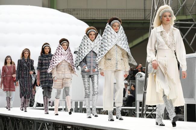 Chanel cho hẳn tàu vũ trụ bay lên trên nóc sàn catwalk tại Paris Fashion Week - Ảnh 12.