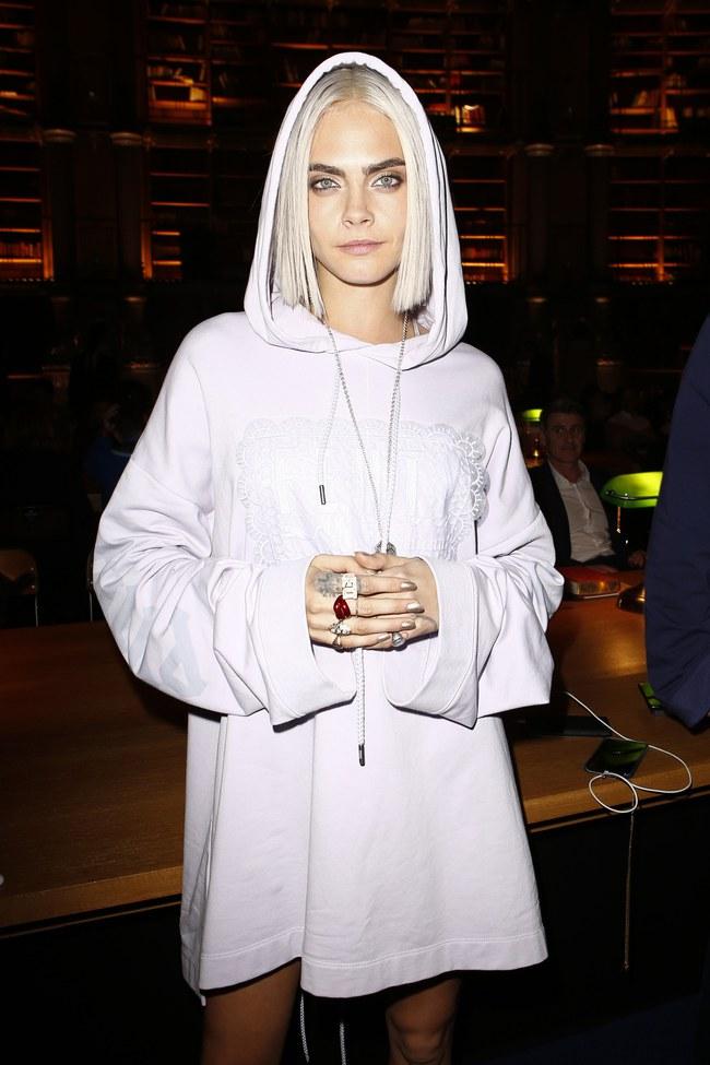 Cara Delevingne phấn khích quá, phải đứng dậy vỗ tay ngay cho BST gái hư của Rihanna - Ảnh 1.
