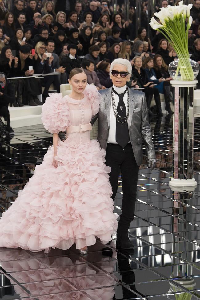 Ăn diện đẹp đẽ cùng dự show Chanel, trông G-Dragon lại không vui khi ngồi cạnh Park Shin Hye - Ảnh 19.