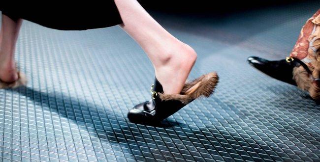 Sơn Tùng đi cả giày... Bitis lẫn Gucci trong MV mới đang gây xôn xao - Ảnh 6.