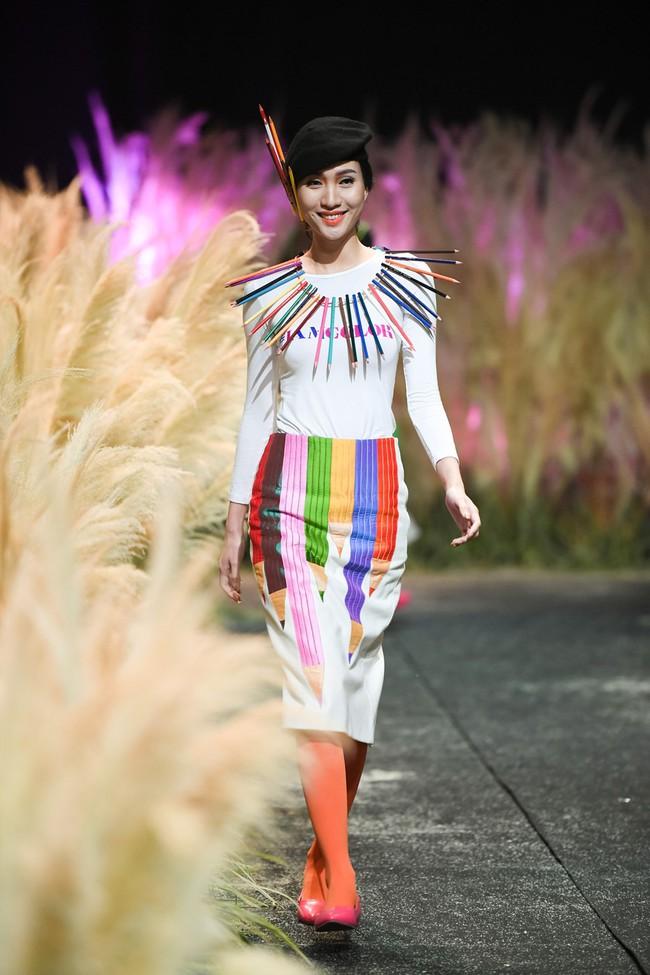 Đội hẳn bình nước lên đầu để biểu diễn đang là kiểu thời trang lạ nhất tại Việt Nam! - Ảnh 5.