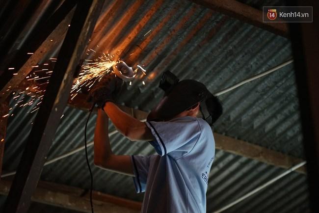 Thầy giáo ở Sài Gòn cùng học sinh biến chai nhựa thành đèn chiếu sáng cho những con hẻm nghèo - Ảnh 8.