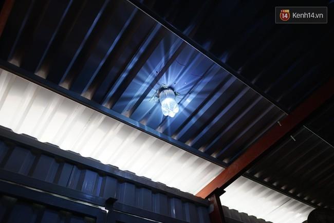 Thầy giáo ở Sài Gòn cùng học sinh biến chai nhựa thành đèn chiếu sáng cho những con hẻm nghèo - Ảnh 1.