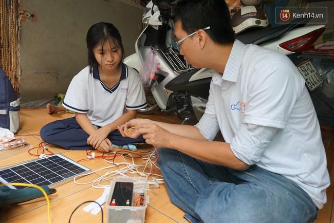 Thầy giáo ở Sài Gòn cùng học sinh biến chai nhựa thành đèn chiếu sáng cho những con hẻm nghèo - Ảnh 3.