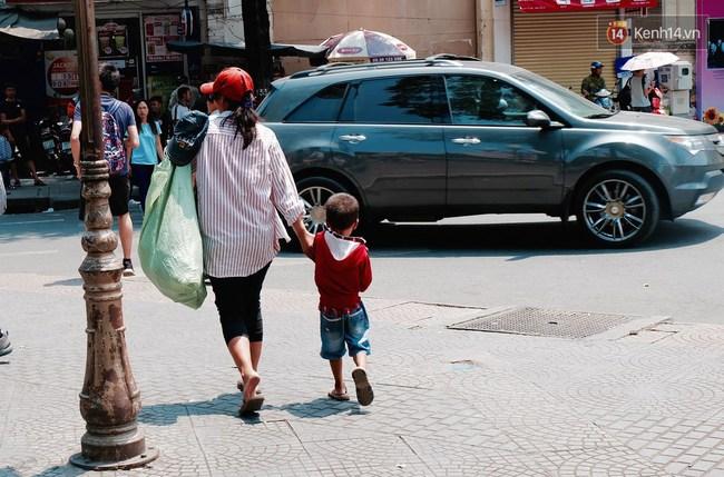 Gặp mẹ con cậu bé lượm ve chai trong bức ảnh xếp dép: Tôi không có tiền cho thằng bé đi học, nó cứ khóc - Ảnh 9.