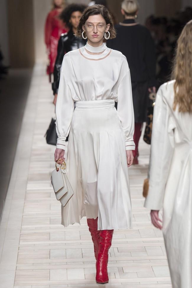 Tuần lễ thời trang Milan: Chiêm ngưỡng để biết cổ tích đôi khi có thật! - Ảnh 42.