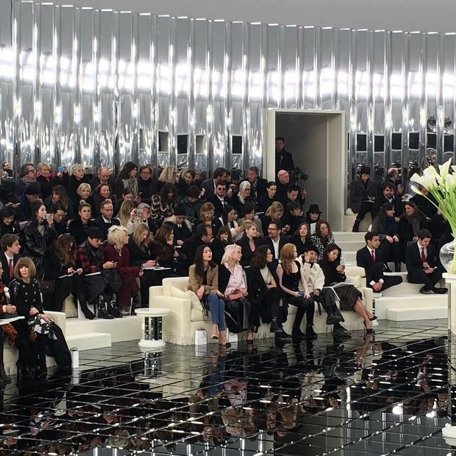 Ăn diện đẹp đẽ cùng dự show Chanel, trông G-Dragon lại không vui khi ngồi cạnh Park Shin Hye - Ảnh 2.