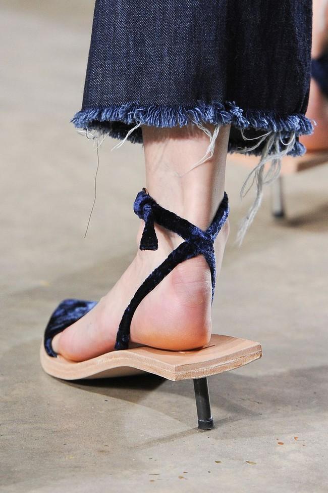 Nhìn mấy đôi giày lạ này mới thấy dép lau nhà hay dép đi chợ của Zara vẫn thường chán! - Ảnh 6.