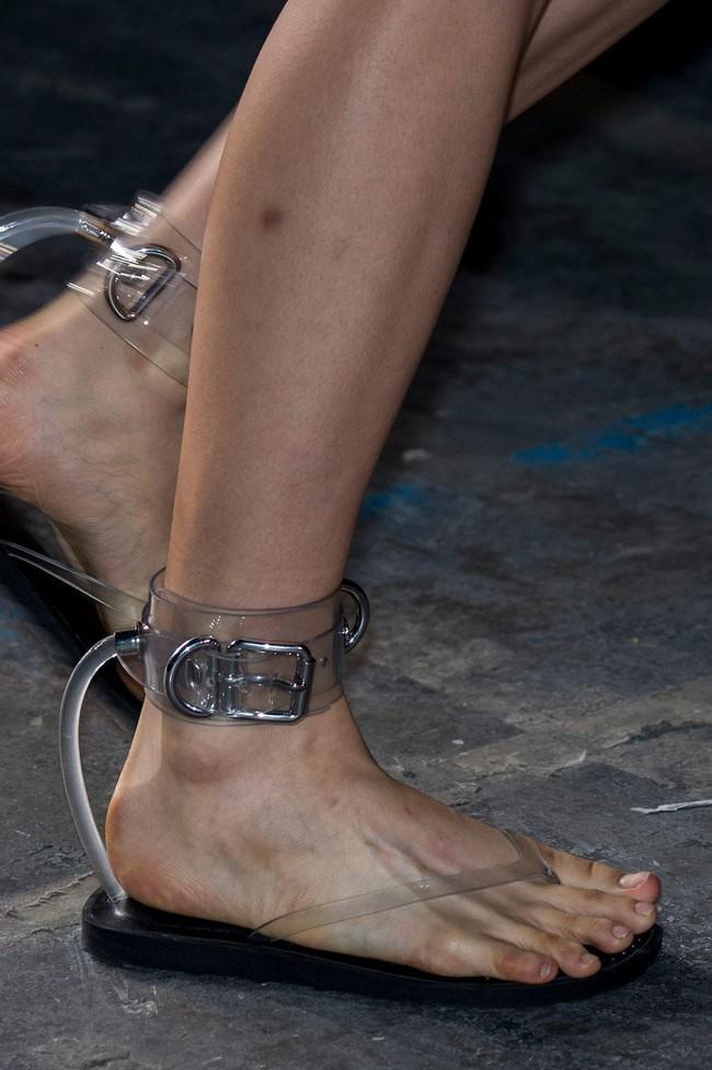 Nhìn mấy đôi giày lạ này mới thấy dép lau nhà hay dép đi chợ của Zara vẫn thường chán! - Ảnh 12.