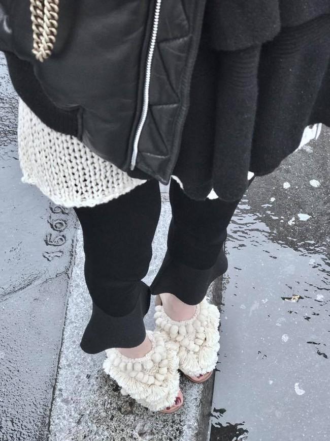 Nhìn mấy đôi giày lạ này mới thấy dép lau nhà hay dép đi chợ của Zara vẫn thường chán! - Ảnh 1.
