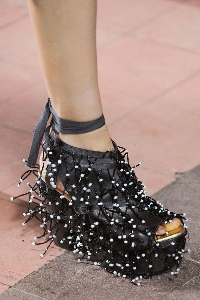 Nhìn mấy đôi giày lạ này mới thấy dép lau nhà hay dép đi chợ của Zara vẫn thường chán! - Ảnh 19.