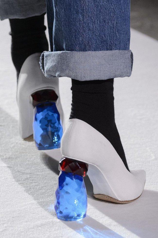 Nhìn mấy đôi giày lạ này mới thấy dép lau nhà hay dép đi chợ của Zara vẫn thường chán! - Ảnh 21.