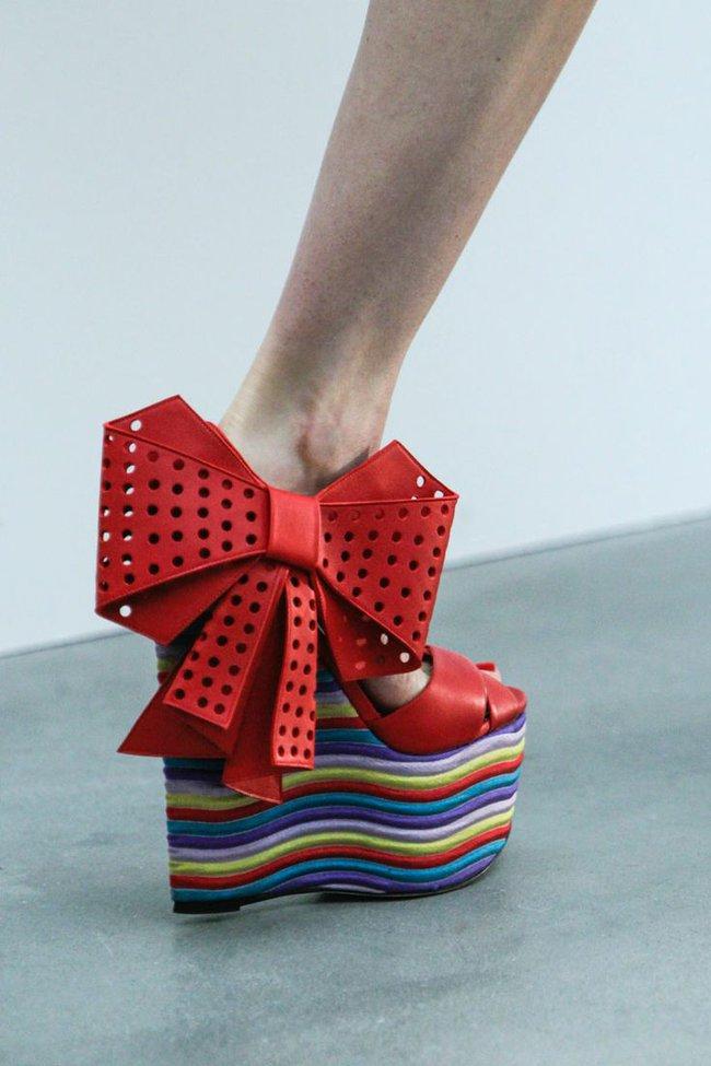 Nhìn mấy đôi giày lạ này mới thấy dép lau nhà hay dép đi chợ của Zara vẫn thường chán! - Ảnh 22.