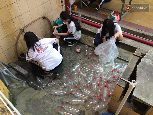 Thầy giáo ở Sài Gòn cùng học sinh biến chai nhựa thành đèn chiếu sáng cho những con hẻm nghèo - Ảnh 4.