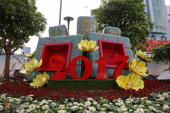 Ngắm nhìn những tiểu cảnh xinh xắn đang được trang trí tại đường hoa Nguyễn Huệ trước ngày khai mạc - Ảnh 4.