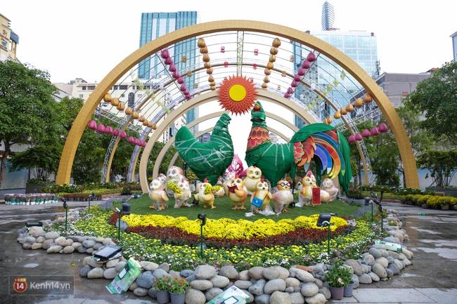 Ngắm nhìn những tiểu cảnh xinh xắn đang được trang trí tại đường hoa Nguyễn Huệ trước ngày khai mạc - Ảnh 2.