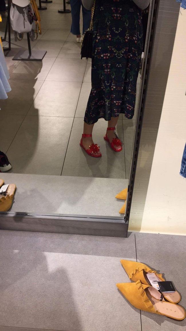 Sau dép lau nhà, Zara lại ra đôi dép nhựa hoa đỏ order về thể nào cũng khóc thét - Ảnh 6.