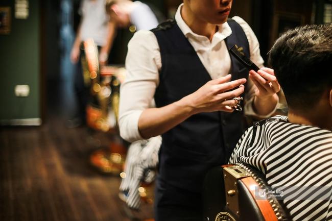 Có gì trong tiệm cắt tóc chất nhất Hà Nội, nơi con gái không được đặt chân tới? - Ảnh 4.