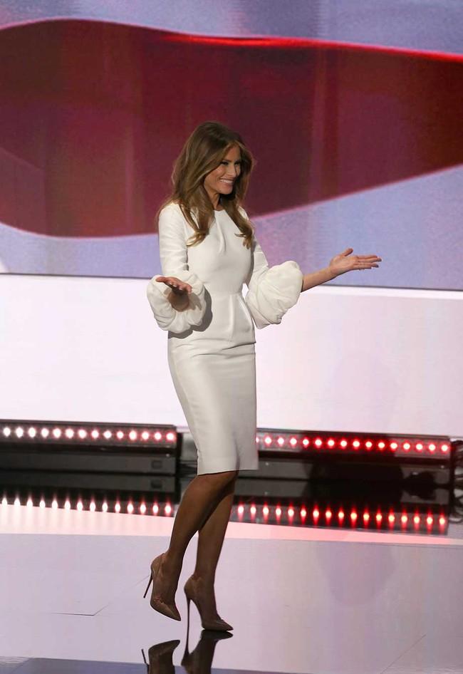 Đang toàn đi cao gót chênh vênh, bà Trump bỗng thay đổi 180 độ khi diện giày bệt hiền lành - Ảnh 2.