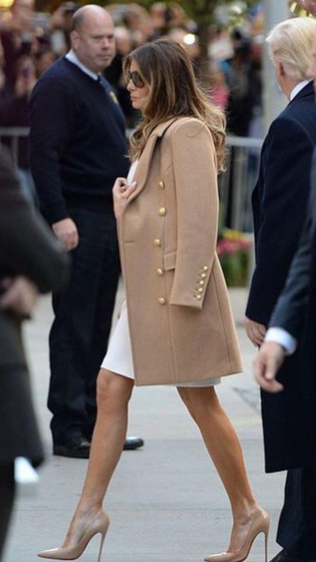 Đang toàn đi cao gót chênh vênh, bà Trump bỗng thay đổi 180 độ khi diện giày bệt hiền lành - Ảnh 6.