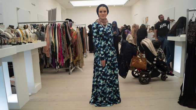 Nếu bạn thắc mắc phụ nữ Hồi giáo mặc gì đi dự Fashion Week, thì đây là giải đáp cho bạn - Ảnh 2.