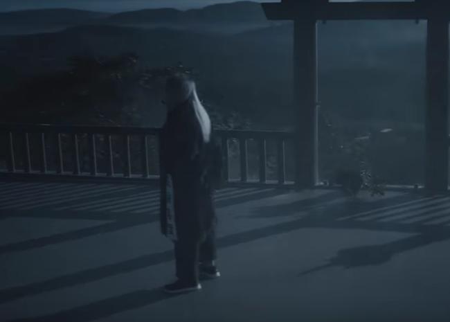 Sơn Tùng đi cả giày... Bitis lẫn Gucci trong MV mới đang gây xôn xao - Ảnh 1.