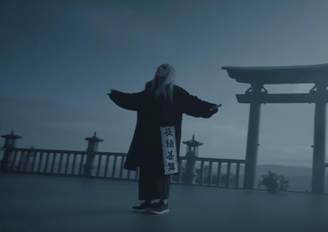 Sơn Tùng đi cả giày... Bitis lẫn Gucci trong MV mới đang gây xôn xao - Ảnh 2.