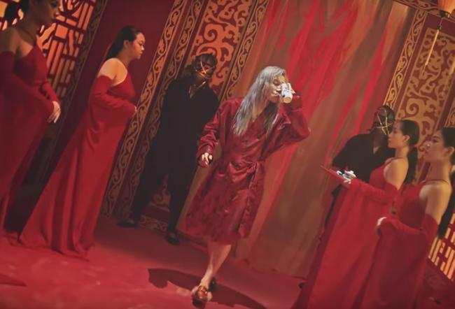 Sơn Tùng đi cả giày... Bitis lẫn Gucci trong MV mới đang gây xôn xao - Ảnh 5.